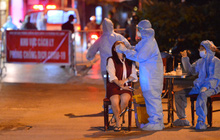 Ảnh: Hà Nội khẩn trương lấy 5.000 mẫu xét nghiệm trong đêm sau khi phát hiện 9 F0 tại quận Long Biên