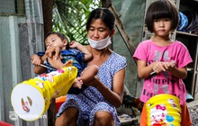 """Chồng mất khi đang mang thai, vợ ôm 3 đứa con khát sữa trong túp lều dột nát: """"Tụi nhỏ cứ hỏi cha con đi đâu rồi"""""""
