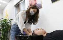 Hà Nội: Chủ quán cắt tóc mừng không ngủ được trước giờ mở cửa, cả đêm lấy kéo tập luyện vì sợ... quên nghề