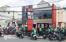 Ảnh: Hàng chục shipper ở TP.HCM đợi cả tiếng trước cửa KFC vẫn chưa lấy được hàng giao cho khách