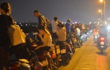 Ảnh: Nam thanh nữ tú kéo nhau đông nghịt lên cầu Long Biên tâm sự trong đêm Trung thu