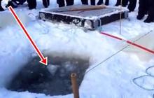Thấy nhóm người đào hố trên mặt băng rồi kéo lên 1 bọc lớn, ai cũng trầm trồ khi nhìn thấy thứ bên trong