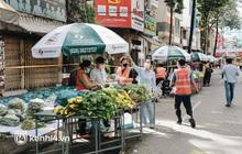 TP.HCM lần đầu họp chợ trên đường phố, người dân phấn khởi đi mua thực phẩm giá bình dân