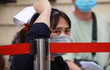 Hà Nội: Hàng trăm người mắc bệnh nền xếp hàng tiêm vắc-xin Covid-19