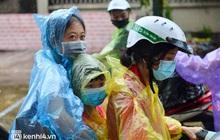Ảnh: Gần 100 người dân ở ổ dịch Thanh Xuân Trung hoàn thành cách ly, mặc áo bảo hộ kín mít, đội mưa trở về nhà