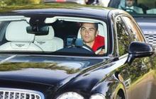 Điểm bất thường trong bức ảnh Ronaldo được 2 vệ sĩ hộ tống