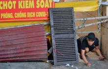"""Ảnh: Muôn kiểu trèo rào, chui qua chốt """"cứng"""" của người dân Hà Nội sau khi Thủ đô nới lỏng giãn cách"""