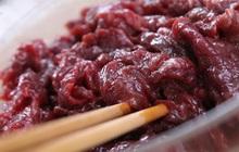 """3 đặc điểm nếu thấy trên miếng thịt bò cần né ngay không mua vì có thể nó là """"thịt bò giả"""""""