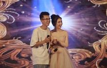 """Ngẫu hứng """"song mic"""", Hoà Minzy khen thí sinh Học bổng tài năng ĐH FPT hát không thua kém ca sĩ chuyên nghiệp"""
