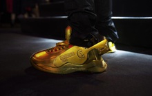 """Điểm qua top facts về đôi giày vàng nguyên khối - item chiếm """"spotlight"""" trong MV Binz"""