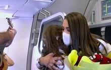 Ước mơ được cầu hôn trên máy bay, nữ cơ trưởng được chồng và con gái tổ chức 8/3 bất ngờ trên độ cao nghìn mét