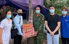 Ấm lòng mùa dịch - 2 chàng trai Hải Dương trao tặng nhu yếu phẩm tới từng chốt kiểm soát