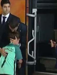 """Lao ra khỏi chiếc xe buýt, Ronaldo thực hiện một cử chỉ làm """"đốn tim"""" hàng triệu CĐV"""