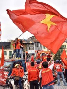 Ảnh: Cổ động viên Việt Nam nhuộm đỏ phố phường Hà Nội trước trận đấu với đội tuyển Thái Lan