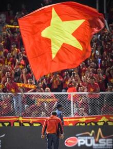 Hình ảnh xúc động nhất đêm nay: HLV Park Hang-seo đặt tay lên trái tim, giơ cờ Việt Nam ăn mừng vô địch SEA Games