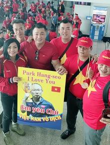 Phương Thanh, Lý Hùng và hàng trăm CĐV nhuộm đỏ sân bay, sang Philippines cổ vũ U22 Việt Nam thi chung kết SEA Games 30