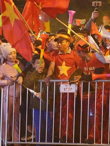 Máy bay đưa đoàn thể thao Việt Nam hạ cánh tại SB Nội Bài, người thân cùng hàng trăm CĐV háo hức chờ đợi khoảnh khắc được gặp các VĐV