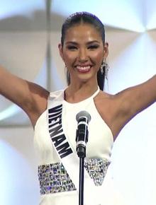 """Hoàng Thùy xuất hiện ở vị trí vedette, hô to 2 tiếng """"Việt Nam"""" đầy thần thái trong đêm thi bán kết Miss Universe 2019"""