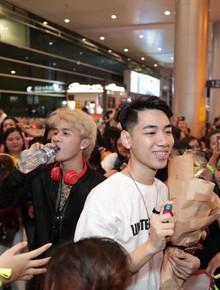 """Sân bay Tân Sơn Nhất lại vừa """"vỡ trận"""" khi fan của Jack và K-ICM đổ bộ lúc đêm khuya đón Idol trở về từ Hàn Quốc"""