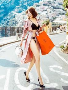 Không dưng bị ai đó dựa hơi, Ngọc Trinh chẳng còn sức để mặc quần áo chỉnh tề đi shopping nữa đây này!