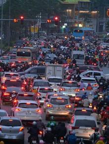 Đường phố Hà Nội tắc cứng và hỗn loạn trong chiều tối 23 Tết, người dân kiên nhẫn nhích từng chút một tranh thủ đi mua sắm