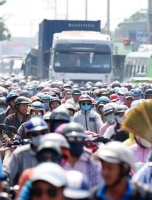 Đường về miền Tây kẹt cứng tại quốc lộ 50, hàng nghìn người chen nhau không lối thoát giữa trời nắng gắt