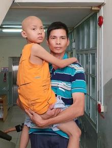 """Lời khẩn cầu của bé trai 8 tuổi bị ung thư hạch ác tính: """"Con sợ chết lắm, con không muốn xa bố mẹ đâu"""""""