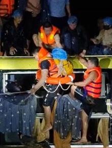 Nghẹt thở giải cứu 20 người mắc kẹt trong xe khách bị nước lũ cuốn trôi ở Quảng Bình