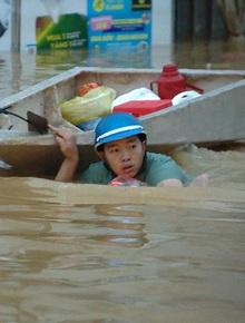 """Người đàn ông kéo thuyền đi nhận hàng cứu trợ cho gia đình 7 người và những hình ảnh xót xa không thể nào quên nơi """"rốn lũ"""" Quảng Bình"""