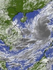 Ngày 27/10, bão số 9 giật cấp 17 di chuyển nhanh 20-25km và bắt đầu ảnh hưởng đến đất liền từ Đà Nẵng đến Phú Yên