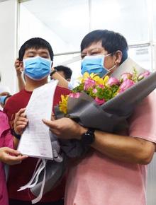 Xúc động bức thư 2 cha con người Trung Quốc nhiễm Covid-19 gửi bệnh viện Chợ Rẫy khi về nước