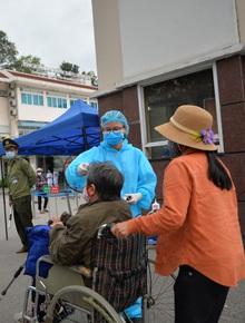 """Ảnh: Bệnh viện Bạch Mai """"nội bất xuất, ngoại bất nhập"""", bác sĩ mang quần áo tới viện """"trực chiến"""" chống Covid-19"""