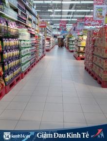 Siêu thị ở Hà Nội vắng người mua ngày đầu cách ly toàn xã hội, áp dụng dựng vách ngăn, dán miếng giữ khoảng cách tránh lây nhiễm Covid-19