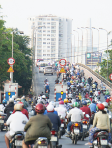 Hà Nội và Sài Gòn trong ngày đầu cách ly toàn xã hội: Nhiều tuyến phố vắng vẻ, chỉ người dân bắt buộc phải đi làm mới ra đường
