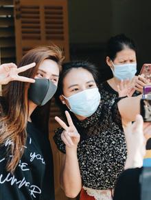 Ảnh: Người mẫu Võ Hoàng Yến và hơn 900 người được về nhà sau khi hoàn thành cách ly ở Sài Gòn, ký tên lưu lại kỷ niệm phòng chống dịch Covid-19