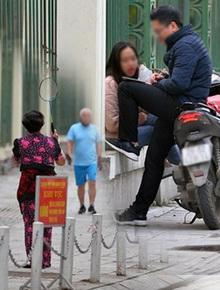 Ảnh: Bất chấp đang trong thời gian cách ly xã hội, các tuyến phố Hà Nội bỗng tấp nập dù không phải giờ cao điểm, nhiều bạn trẻ rủ nhau ra ngoài hẹn hò