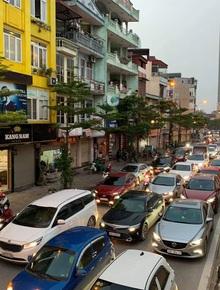 Tròn 1 tuần thực hiện giãn cách xã hội, đường phố Hà Nội bất ngờ đông đúc trở lại: Mọi người ơi xin đừng chủ quan!