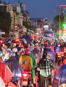 ẢNH: Sáng mưa, chiều mưa, người Sài Gòn ướt sũng, chật vật thoát khỏi cảnh kẹt xe kinh hoàng trong ngày đầu tuần