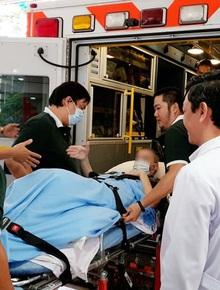 Phi công người Anh bắt tay bác sĩ thay lời cảm ơn trước khi lên xe ra sân bay Tân Sơn Nhất