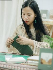 """Cô gái 24 tuổi khởi nghiệp từ... lá cây: """"Dù chưa bao giờ là ổn nhưng mình tạo được niềm tin với bố mẹ, vì lá đã nuôi sống mình"""""""