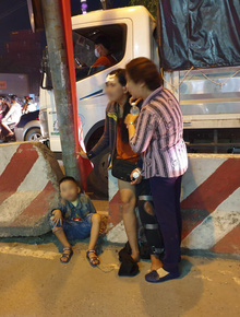 Bình Dương: Người mẹ bán vé số khóc nghẹn khi con trai 2 tuổi bị xe container cuốn vào gầm