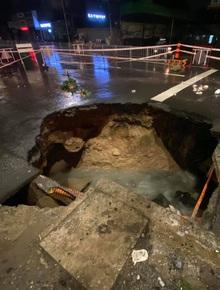"""Sau cơn mưa lớn, xuất hiện """"hố tử thần"""" khổng lồ ngay ngã tư ở Sài Gòn"""