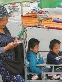 """Đôi song sinh khuyết tật 14 tuổi hát cực hay, theo mẹ bán vé số khắp Sài Gòn: """"Cha tụi con mất rồi, chỉ còn có mẹ thôi"""""""