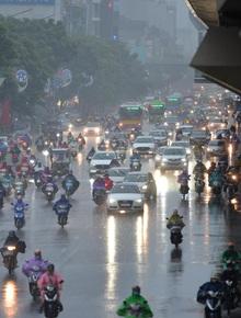Ảnh: Mây đen kèm mưa lớn khiến bầu trời tối sầm, người dân Hà Nội phải bật đèn xe di chuyển