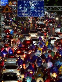 Đường phố Hà Nội đang ùn tắc kinh hoàng sau trận mưa lớn giờ tan tầm, dân công sở kêu trời vì không thể về nhà