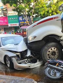 TP.HCM: Kinh hoàng container lao qua dải phân cách, tông nát ô tô sang BMW và cuốn nhiều xe máy vào gầm