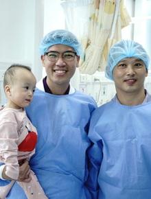 MC Quyền Linh đến thăm Trúc Nhi - Diệu Nhi trước khi 2 con xuất viện, về nhà đón Trung thu cùng bố mẹ