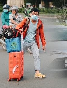 Khổ như hành khách ở Tân Sơn Nhất: Dang nắng mang vác hành lý ra đường đón xe công nghệ