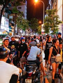 """22h khuya nhưng người Sài Gòn vẫn tấp nập săn sale, tranh thủ """"hốt"""" những món đồ ưng ý trước khi kết thúc ngày Black Friday"""