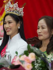 """Cập nhật Hoa hậu Việt Nam Đỗ Thị Hà về làng: Nàng hậu ôm mẹ bật khóc, người dân đổ xô đông như """"vỡ trận"""" để chào đón"""